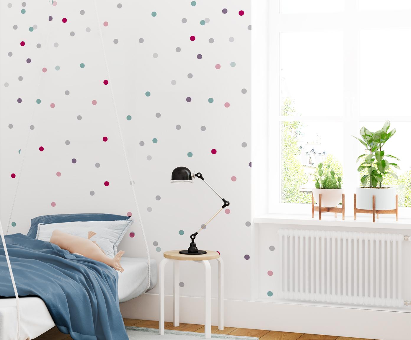 Tapeta dziecięca Dancing Dots - Pokój w kolorowe kropki z jasnymi mebelkami to pomysł dla dzieci i nastolatków.