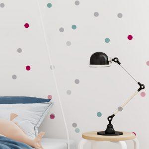 Tapety dla dzieci w kropki. Jedną z propozycji jest tapeta dziecięca Dancing Dots czyli roztańczone kolorowe kropki na białym tle. Tapeta dla dzieci od 0 do 16 lat w skandynawskim stylu.